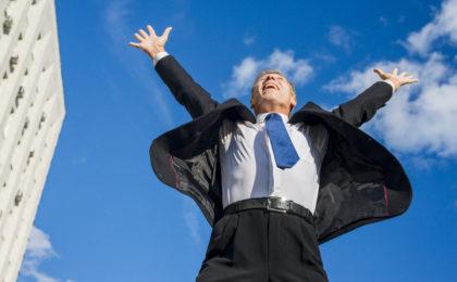 personne heureuse, joyeuse qui grasse à sa motivation le menant vers sa réussite financière.